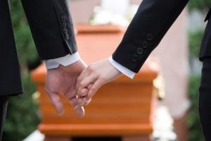 ludzie na pogrzebie z elegia usługi pogrzebowe w warszawie