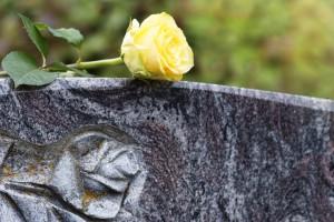 pogrzeb warszawa bródo zdjęcie nagrobka z kwiatami