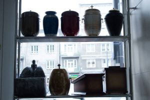 Witryna z urnami kremacyjnymi zakład pogrzebowy elegia