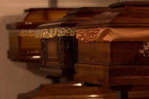 Rząd trumen w elega zaklad pogrzebowy warszawa